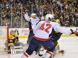 Moment des Entsetzens für die Bruins-Fans: Joel Ward (Nr. 42) trifft in der Overtime zum Sieg für Washington.