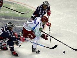 """Auch von zwei """"Eisbären"""" nicht zu stoppen: Kölns Charles Stephens."""