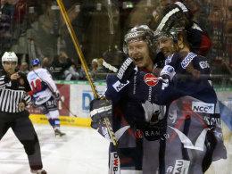 Die Berliner Busch und Tallackson bejubeln ihren Erfolg gegen Mannheim.