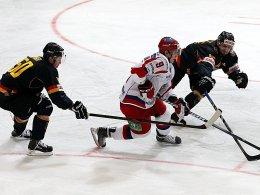 Zwei gegen einen: Die deutsche Auswahl, hier mit Schütz im Duell gegen Timkin, besiegte Russland 2:1.