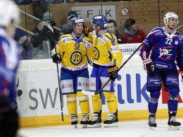 Dino Wieser (li.) und Gregory Sciaroni freuen sich, Mannheims Matthias Plachta (re.) ist frustriert