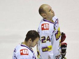 Geknickte Pinguine: Herberts Vasiljevs (vorne) und Boris Blank verloren mit den Krefeldern in Augsburg.