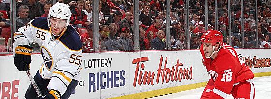 Ab aufs nordamerikanische Eis: Jochen Hecht, (li.), hier gegen Detroits Ian White.