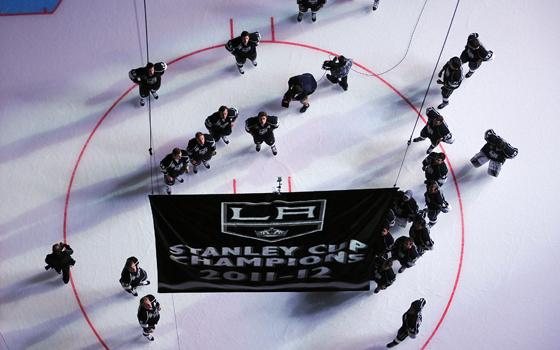 Erstmals Meister - die Kings zogen stolz ihr Banner unter Hallendach im Staples Center.