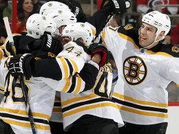 Es läuft bei den Bruins: Dennis Seidenberg (#44) jubelt mit seinen Teamkollegen Krejci und Lucic (li.).