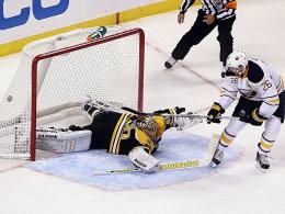 Eins von drei Toren: Thomas Vanek überwindet bei seinem Galaabend Bruins-Goalie Tuukka Rask.