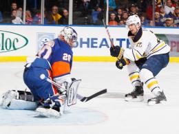 Das erste Saisontor: Christian Ehrhoff trifft für Buffalo gegen New Yorks Goalie Nabokov.