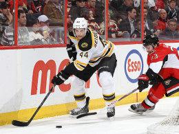 Fährt mit den Bruins gerne nach Ottawa: Dennis Seidenberg (#44), hier im Duell mit Kaspars Daugavins.