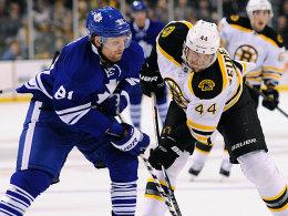 Bruins gegen Maple Leafs: Dennis Seidenberg mit Duell mit Torontos Phil Kessel (li.).