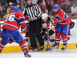 Dennis Seidenberg (weißes Trikot) gegen die Montreal Canadiens