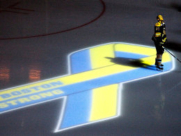 Schauplatz TD Garden: Dennis Seidenberg im Licht einer Projektion, die an die Opfer des Bombenanschlags in Boston erinnert.