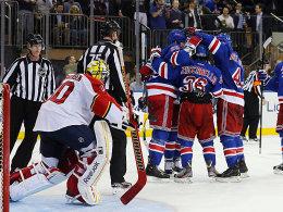 Nichts zu holen für Goalie Scott Clemmensen und die Cats: die Rangers beim Torjubel um Schütze Mats Zuccarello (#36).