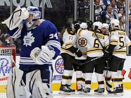 Enttäuschung und Freude: Während sich Leafs-Goalie Jared Reimer abwendet, feiern die Bruins Torschütze Nate Horton.
