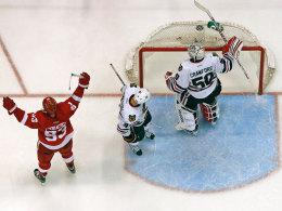 Die Entscheidung: Johan Franzen (li.) von den Red Wings jubelt über das Tor von Pavel Datsyuk (nicht im Bild) gegen die Chicago Blackhawks - Goalie Corey Crawford Michal Rozsival sind bedient.
