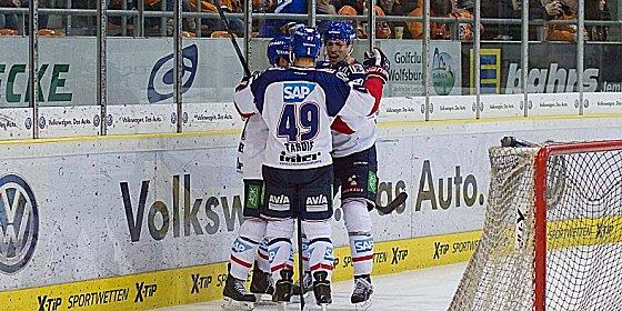 Sie feierten ein furioses Comeback: Spieler von Adler Mannheim.