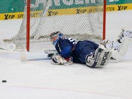 Auf die Nase gefallen: Ingolstadt, hier mit Goalie Timo Pielmeier, ging gegen Augsburg unter.