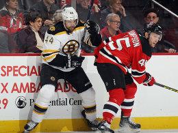 Durchgesetzt: Dennis Seidenberg siegt mit den Bruins bei den New Jersey Devils.