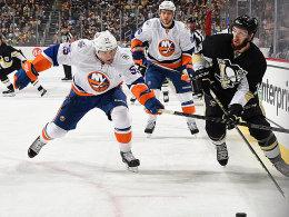 Vorbei an den Islanders um Johnny Boychuk: Nick Bonino (re.) und die Penguins.
