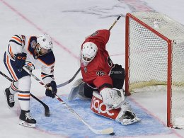Oilers schlagen Haie: Familienduell geht an Leon