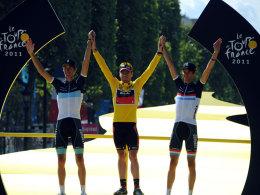 Premiere bei der Tour: Erstmals ein Australier in Gelb, erstmals zwei Brüder auf dem Treppchen: Cadel Evans mit Andy und Frank Schleck.
