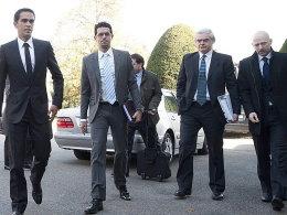 Im Fokus: Alberto Contador (li.) trifft mit seinen Anwälten im Schlepptau beim CAS ein