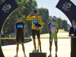 Triumphator der Tour: Bradley Wiggins (Mi.) bei der Siegerehrung neben Chris Froome (li.) und Vincenzo Nibali.