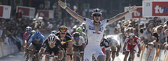Arnaud Demare überquert die Ziellinie als erster, André Greipel hat das Nachsehen.