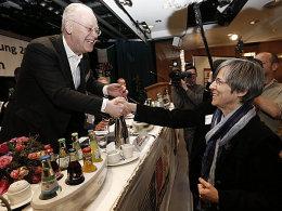 Sylvia Schenk gratuliert Rudolf Scharping zur Wiederwahl