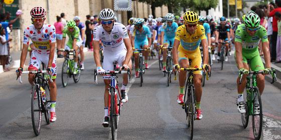 Vier Sieger: Gesamtsieger Vicenzo Nibali in Gelb, Peter Sagan in Grün, Rafal Majka im gepunkteten Kletter-Trikot und Thibaut Pinot in Weiß.