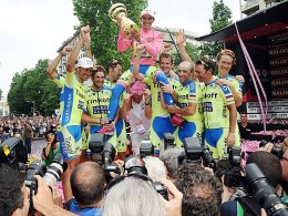 Gewann den Giro d'Italia zum zweiten Mal nach 2008: Alberto Contador (Mi.).