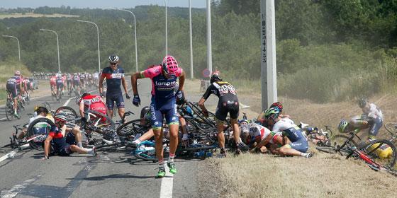 Sturz-Drama vor Huy: Auch Fabian Cancellara im Gelben Trikot (ganz rechts) erwischte es am Montag.