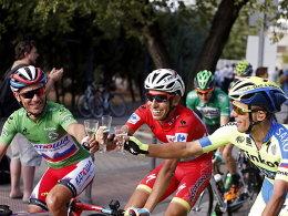 Fabio Aru (Mitte) stößt mit Joaquim Purito Rodriguez (links) und Rafal Majka an