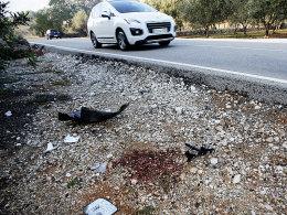 Einige Trümmer und Blutspuren zeigen noch vom schweren Unfall: Hier fuhr ein Auto in die Trainingsgruppe.
