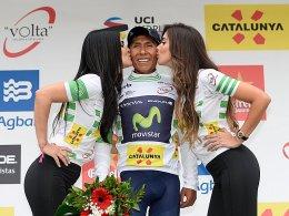 Küsschen für den Sieger: Nairo Quintana (Mi.).