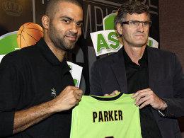 Die Stars flüchten: Tony Parker (li.) bei seiner Präsentation in Lyon-Villeurbanne mit Klubchef Gilles Moretton.