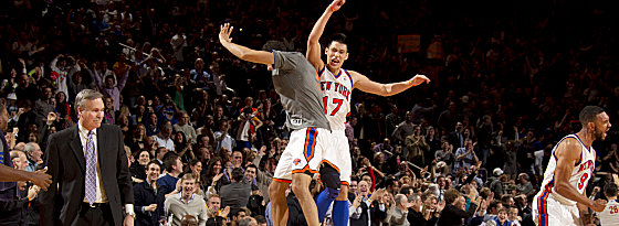 In New York herrscht der Wahn-Lin! Trainer Mike D'Antoni (li.) kann sein Glück kaum fassen. Landry Fields feiert mit Shooting-Star Jeremy Lin (Nr. 17).