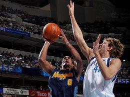 Zeigt auch in der Verteidigung wieder den nötigen Biss: Dirk Nowitzki im Duell mit Aron Afflalo.