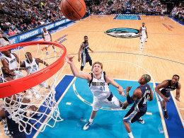 Floater: Dirk Nowitzki legt den Ball in die Reuse - mit 23 Punkten und zehn Rebounds war er Matchwinner gegen Memphis.