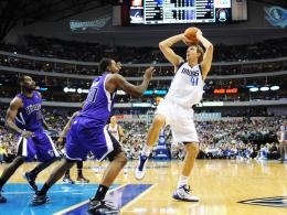 Pflichtsieg: Dirk Nowitzki (re.) führte die Mavs zu einem 110:100-Erfolg gegen Sacramento.