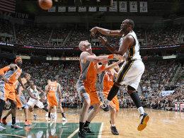 Über Marcin Gortat hinweg in die Play-offs: Al Jefferson (re.) hatte entscheidenden Anteil am essentiell wichtigen Sieg der Utah Jazz.