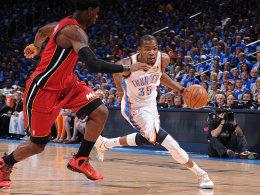 Unwiderstehlich: Kevin Durant zieht gegen LeBron James zum Korb. Zu selten konnte Miami den OKC-Superstar stoppen.
