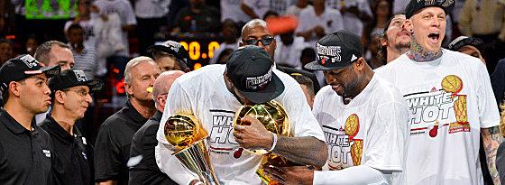 Champion 2013! LeBron James mit der Larry O'Brien Trophy und der Trophäe für den Finals-MVP.