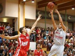 Der neue Star in Freak City: Bostjan Nachbar soll die Brose Baskets Bamberg zum vierten Titel in Folge führen (li. Kleber, Würzburg).