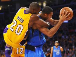 Voller Einsatz: Jodie Meeks von den LA Lakers hängt Dallas' Brandan Wright regelwidrig am Hals.