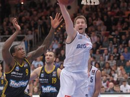 Berlins Deon Thompson (re.) im Duell Bremerhavens Jacob Burtschi