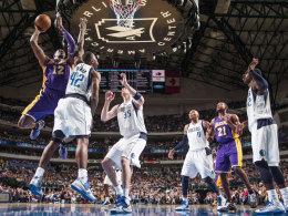 Wuchtig durchgesetzt: Dwight Howard (Nr. 12) von den L.A. Lakers schließt gegen die Mavericks Elton Brand (Nr. 42) und Chris Kaman (Nr. 35) erfolgreich ab.