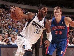 Zurück in der Spur: O.J. Mayo, hier gegen Detroits Kyle Singler (re.), lieferte gegen die Pistons wieder eine starke Leistung ab.