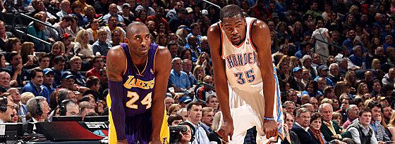 Fast auf Augenhöhe: Jungstar Kevin Durant hatte am Ende gegenüber Kobe Bryant (li.) die Nase vorn.