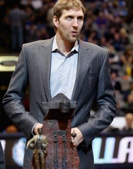 Große Ehre für einen großen Spieler: Dirk Nowitzki erhielt den Naismith Award (vorne).