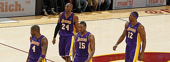 Wie geprügelte Hunde schlichen die Lakers um Kobe Bryant (24) in Cleveland vom Parkett.